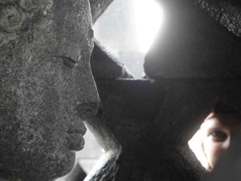 15. Budha din interiorul stupei, Borobudur